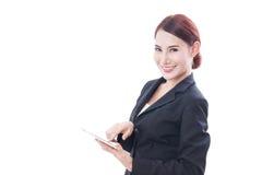 Портрет молодой бизнес-леди используя таблетку Стоковое фото RF