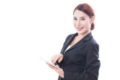 Портрет молодой бизнес-леди используя таблетку Стоковое Изображение