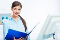 Портрет молодой бизнес-леди работая с бумагой на компьютере Стоковые Фото