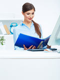 Портрет молодой бизнес-леди работая с бумагой на компьютере Стоковое Изображение