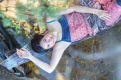 Портрет молодой девушки Азии красивой ослабляя на гамаке на Стоковое Изображение RF