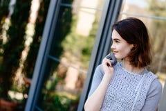 Портрет молодой девушки битника в серых шерстях одевает Стоковые Изображения