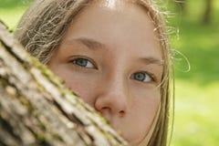 Портрет молодой девушки подростка в парке Стоковые Фото
