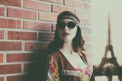 Портрет молодой девушки hippie около кирпичной стены Стоковые Фото