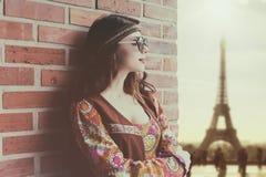 Портрет молодой девушки hippie около кирпичной стены Стоковая Фотография RF