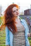 Портрет молодой девушки redhead с гитарой Стоковое Фото