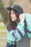 Портрет молодой женщины битника с скейтбордом, городским образом жизни стоковые изображения