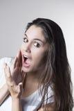 Портрет молодой женщины брюнет делая стороны Стоковое Изображение