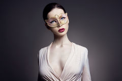 Портрет молодой женщины брюнет против темной предпосылки Загадочное яркое изображение женщины с профессиональным составом чувстве Стоковое фото RF
