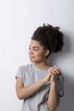 Портрет молодой женщины внутри помещения Стоковые Изображения RF