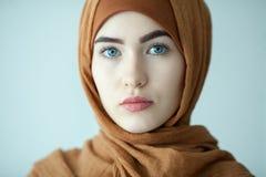 портрет молодой женщины восточной печатает внутри современные мусульманские одежды и красивый головной убор стоковая фотография rf