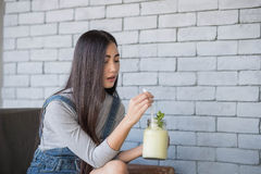 Портрет молодой женщины выпивая коктеиль Стоковая Фотография