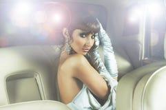 Портрет молодой женщины в автомобиле Стоковые Изображения