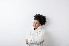 Портрет молодой женщины в белом turtleneck Стоковые Фото