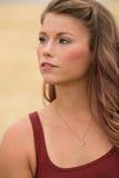 Портрет молодой женщины в большом пшеничном поле Стоковое Фото