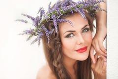 Портрет молодой женщины в венке лаванды. Мода, красота. Стоковые Фотографии RF