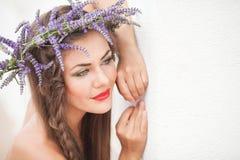 Портрет молодой женщины в венке лаванды. Мода, красота. Стоковые Изображения RF