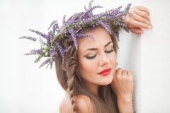 Портрет молодой женщины в венке лаванды. Мода, красота. Стоковые Фото