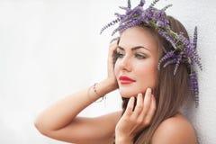 Портрет молодой женщины в венке лаванды. Мода, красота. Стоковое фото RF