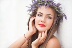 Портрет молодой женщины в венке лаванды. Мода, красота. Стоковая Фотография RF