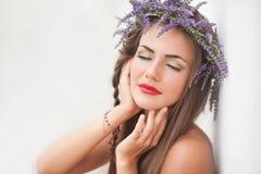 Портрет молодой женщины в венке лаванды. Мода, красота. Стоковое Фото
