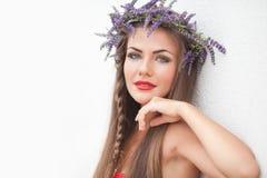 Портрет молодой женщины в венке лаванды. Мода, красота. Стоковое Изображение RF