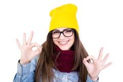 Портрет молодой женщины в зиме одевает показывать одобренное isolat знака Стоковое Фото