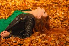 Портрет молодой женщины в листьях осени Стоковое фото RF