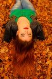 Портрет молодой женщины в листьях осени Стоковое Изображение RF