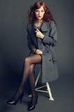 Портрет молодой женщины в пальто осени стоковые фотографии rf