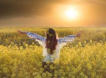 Портрет молодой женщины в поле рапса Стоковые Изображения