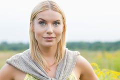 Портрет молодой женщины в поле Стоковые Изображения RF