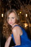 Портрет молодой женщины в платье Outdoors на ноче стоковые фотографии rf