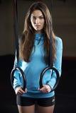Портрет молодой женщины в спортзале с олимпийскими кольцами Стоковая Фотография RF