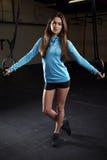 Портрет молодой женщины в спортзале с олимпийскими кольцами Стоковое фото RF
