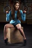 Портрет молодой женщины в спортзале с олимпийскими кольцами Стоковое Фото