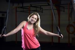 Портрет молодой женщины в спортзале с олимпийскими кольцами Стоковое Изображение RF