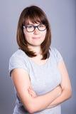 Портрет молодой женщины в стеклах над серым цветом Стоковая Фотография RF