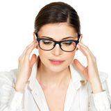 Портрет молодой женщины в стеклах с головной болью Стоковые Изображения
