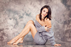 Портрет молодой женщины в студии, лежа на поле Стоковая Фотография RF