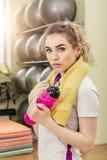 Портрет молодой женщины в фитнес-клубе Стоковые Фото