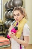 Портрет молодой женщины в фитнес-клубе Стоковое Изображение RF