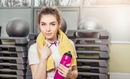 Портрет молодой женщины в фитнес-клубе Стоковое Фото