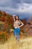 Портрет молодой женщины в цвете осени Стоковые Изображения