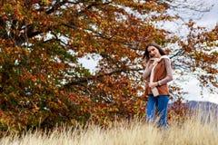 Портрет молодой женщины в цвете осени Стоковое фото RF