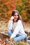 Портрет молодой женщины в цвете осени Стоковое Изображение