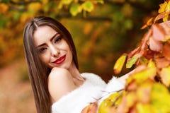 Портрет молодой женщины в цвете осени Стоковое Фото