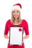 Портрет молодой женщины в шляпе santa при список целей изолированный дальше Стоковое Фото