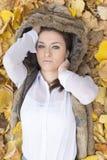 Портрет молодой женщины лежа на листьях осени Стоковые Фотографии RF