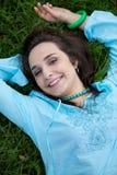 Портрет молодой женщины лежа на траве Стоковые Изображения RF
